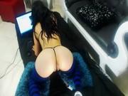 Sexy aux cheveux dor dans les chaussettes à hauteur du genou obtient ravagé mode dextrémité arrière