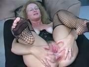 Femme nue en gros qui fait un 69