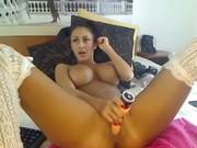 Anissa kate montre ses gros seins naturels en public