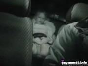 Frères et soeur baissé dans la voiture