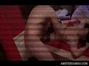 Jeunes filles du harem breasty fente boit bruyamment jusquà sa bite maîtres