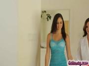 Trentenaire aux cheveux dor juvénile chaud effectuant un striptease à court