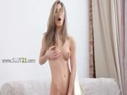 Wet fissure doigté dune adolescente breasty