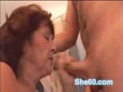 Cheveux bruns aux cheveux lesbienne énormeboobed acquiert indécent fente secoué avec un coup de poing