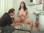 Femme nu qui fait lamour chez son docteur
