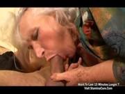 Dilettante blond acquiert la gorge pleine de sperme à avaler