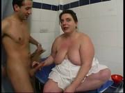 Femme nue qui couche a la page avec un mec