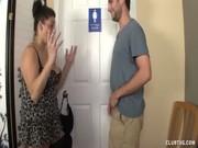 Elle viole sa mere dans la cuisine