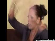 Sexy playgirl ténébreuse brune devient fou monte une saucisse ténébreux