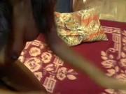 Marier déesse enfonce un pénis faux jusquà son coochie chauve rosé