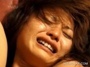 Adolescent séduit dame asiatique bécoter un mec en gros plan