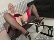 Femme baisée sous la table